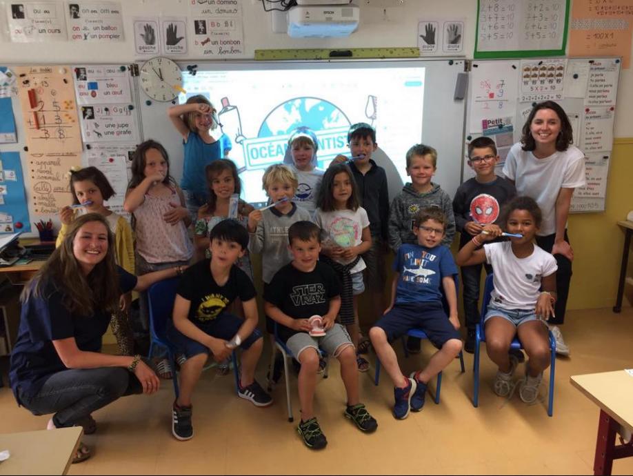 Prévention bucco-dentaire avec une Équipe d'étudiant d'Océan Dentiste dans une école