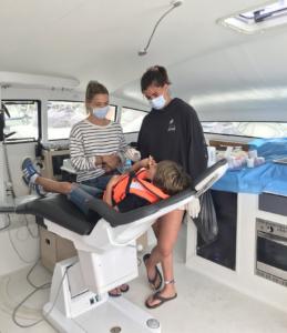 Océan Dentiste, prévention à bord du bateau. enfant sur le nouveau fauteuil dentaire Finndent